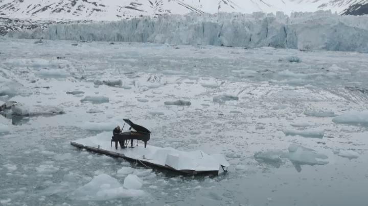 Pour sauver l'Arctique, le pianiste italien Ludovico Einaudi joue au beau milieu de la banquise