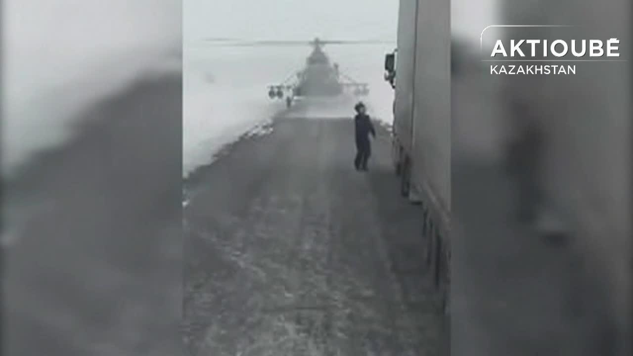 Perdu, un pilote d'hélicoptère se pose sur l'autoroute... pour demander son chemin