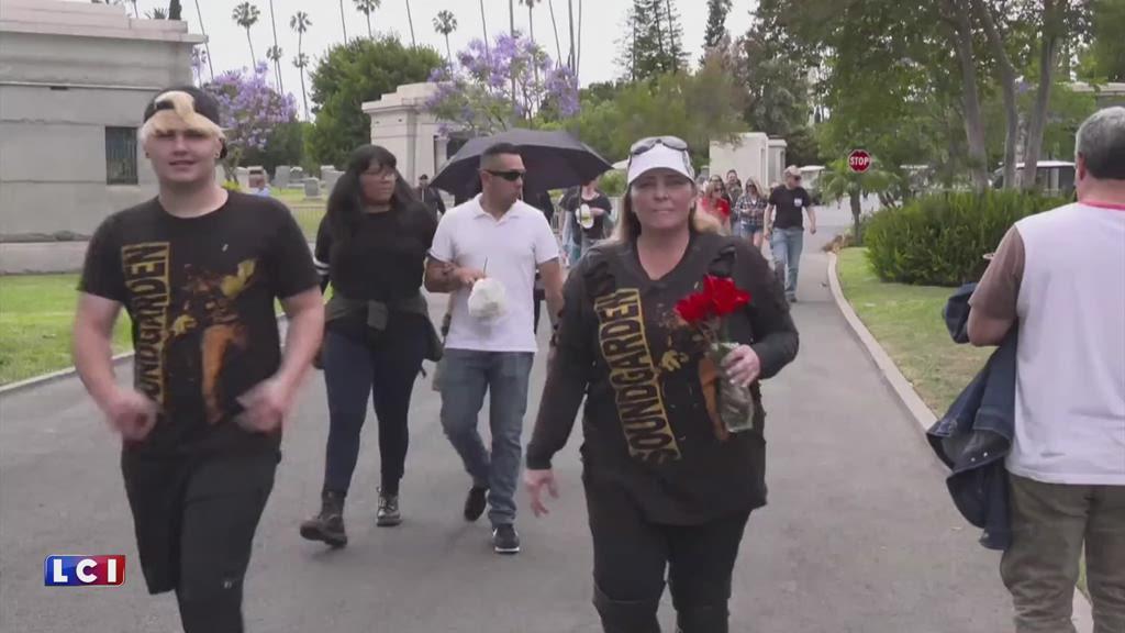 Les fans de Chris Cornell pleurent le chanteur de Soundgarden sur sa tombe